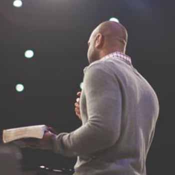 Salir de las cuatro paredes sin salir: Predicar el evangelio